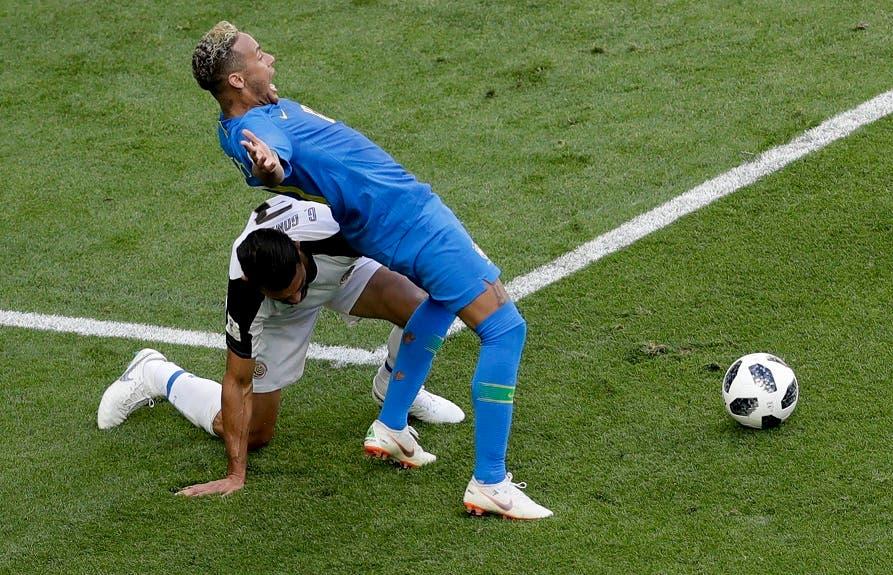 6. Neymar (derecha) pugna un balón con Giancarlo González de Costa Rica durante el partido por el Grupo E del Mundial en San Petersburgo.