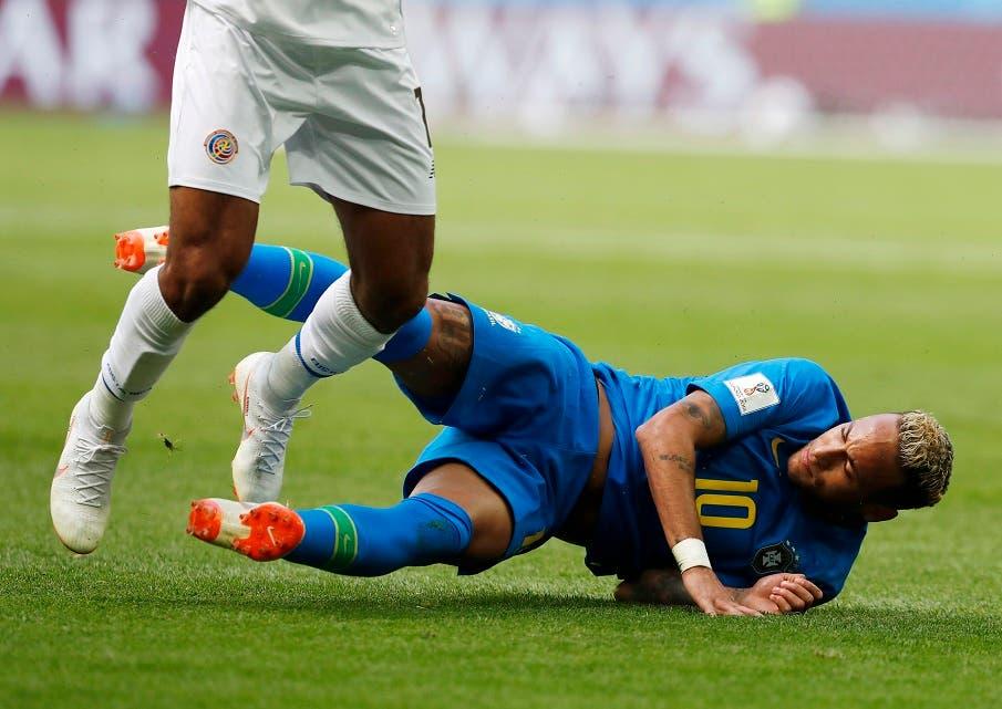 2. Neymar de nuevo en el suelo.