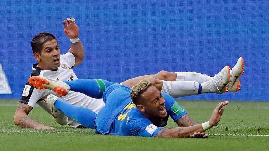 """El astro brasileño gesticula """"de dolor"""" tras una de sus famosas caídas durante el Mundial Rusia 2018."""
