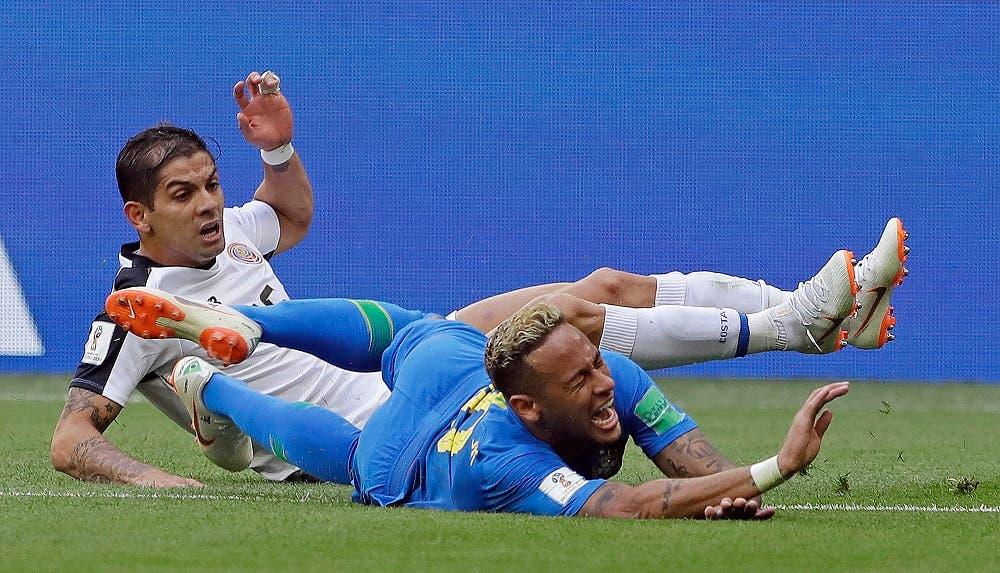 """3. El astro brasileño gesticula """"de dolor"""" tras una de sus famosas caídas durante el Mundial Rusia 2018."""