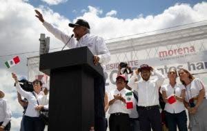 El candidato a la presidencia de México, Andrés Manuel López Obrador, conocido como AMLO, habla a sus seguidores en un acto de campaña en la Ciudad de México, el 3 de junio de 2018. México celebrará elecciones generales el 1 de julio. (AP Foto/Anthony Vazquez)