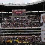 Los partidarios del candidato presidencial Andrés Manuel López Obrador, del partido MORENA, esperan a que llegue a su mitin de campaña de clausura en el estadio Azteca en la Ciudad de México, el miércoles 27 de junio de 2018. México elegirá un nuevo presidente en las elecciones generales del 1 de julio . AP