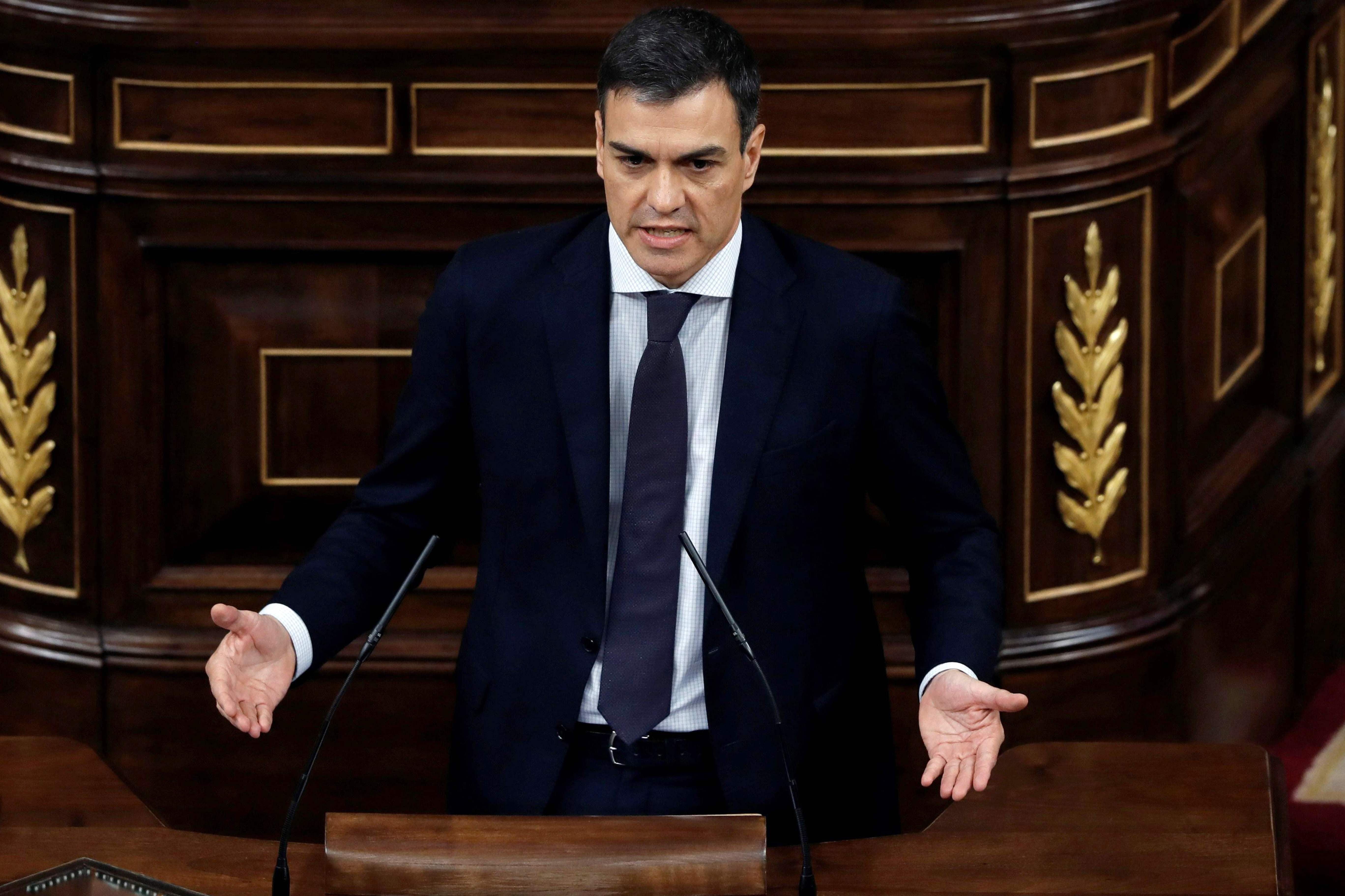 TOPSHOT - Leader of the Spanish Socialist Party PSOE Pedro Sanchez gives a speech during a debate on a no-confidence motion at the Lower House of the Spanish Parliament in Madrid on June 01, 2018.  Bar any last-minute u-turn, an absolute majority of lawmakers as varied as Catalan separatists and Basque nationalists will vote the no-confidence motion filed last week by the Socialists over a string of corruption woes hitting Spanish Prime Minister Mariano Rajoy's conservative Popular Party (PP). / AFP / POOL / Emilio Naranjo