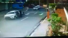 Momento del robo de la camioneta.