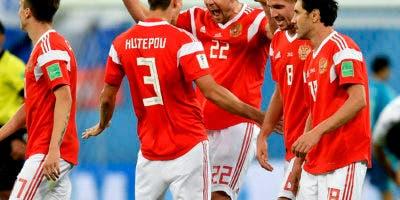 Artyom Dzyuba (centro) y sus compañeros de la selección de Rusia, festejan tras hacer el tercer gol ante Egipto en un partido del Mundial, el martes 19 de junio de 2018, en San Petersburgo (AP Foto/Martin Meissner)
