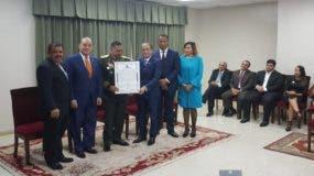 Paulino Sem (al centro) recibe el reconomiento de parte de una comisión del Senado encabezada por su presidente Reinaldo Pared Pérez. Foto: fuente externa.
