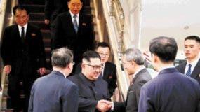 El líder de Corea del Norte recibido en el aeropuerto de Singapur por las autoridades.  AP