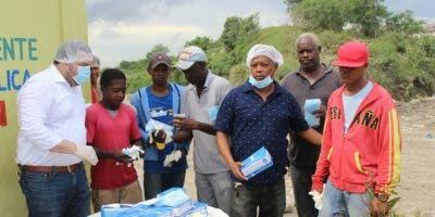 Ramón Tallaj Ureña, presidente de la Fundación Tallaj Ureña (TU), entrega guantes, mascarillas y gorros a recicladores y trabajadores del vertedero de Duquesa.
