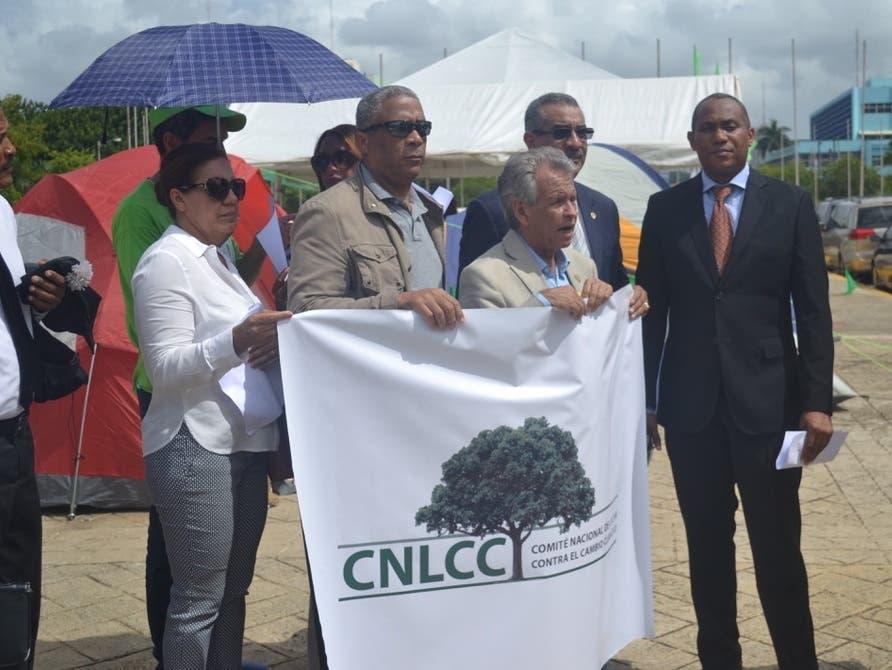 Enrique de León, vocero delComité Nacional de Lucha Contra el Cambio Climático, CNLCC, junto a otros ecologistas.