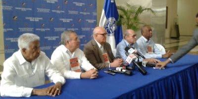 Enerio Rodriguez, presidente de la Comisión Electoral,  hablo junto  a miembros directivos.