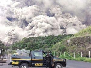 Este folleto impreso por la Policía Nacional de Guatemala muestra a policías durante las operaciones de búsqueda alrededor de Volcano Fuego después de una erupción en Guatemala AFP