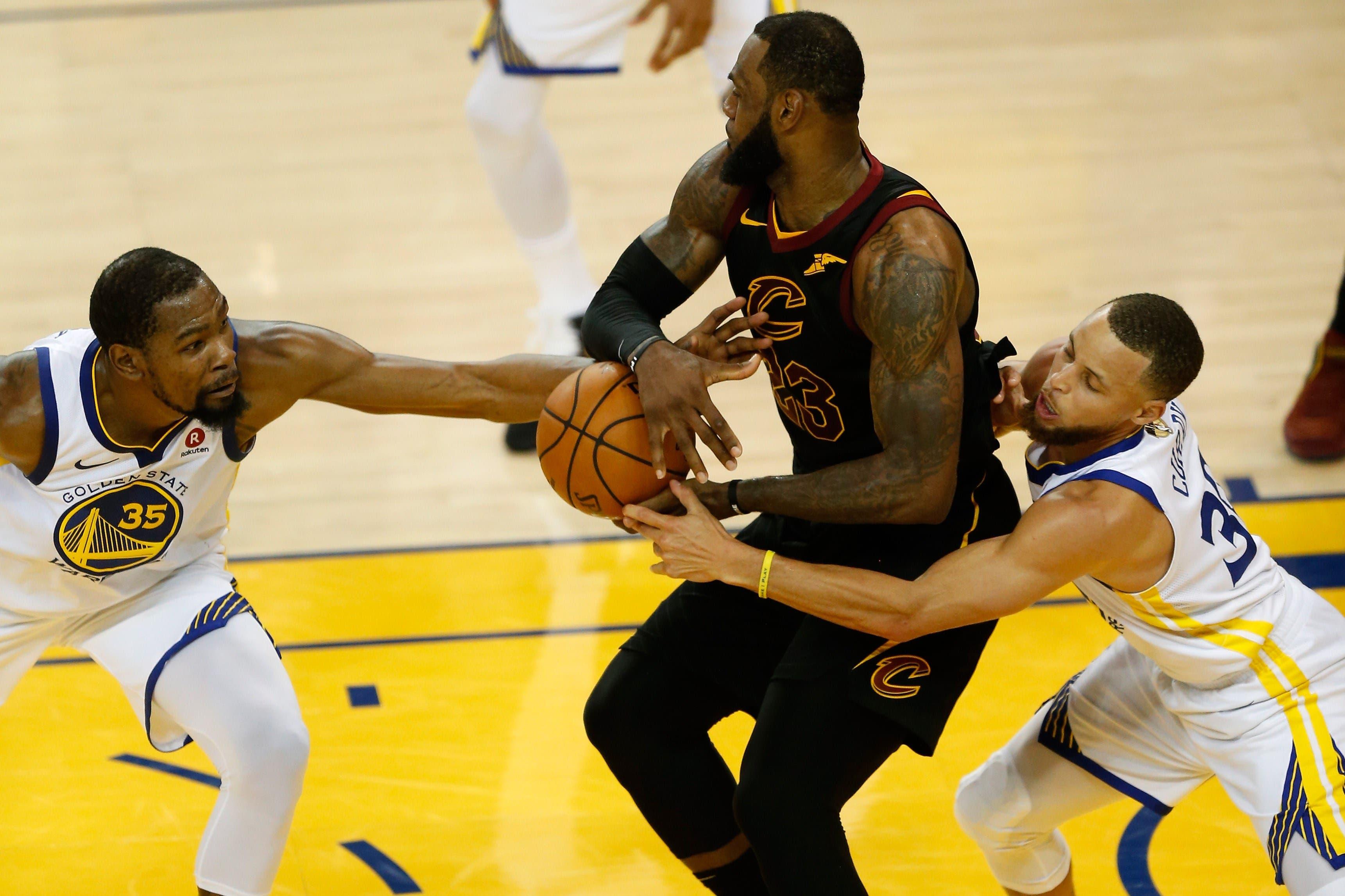 Warriors sobreviven a 51 puntos de LeBron y pegan primero
