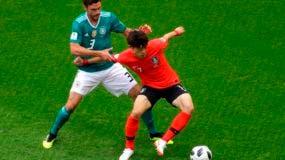 El aleman Jonas Hector disputa un balón con el surcoreano Lee Jae-sung durante su partido por el Grupo F del Mundial 2018 entre Alemania y Corea del Sur. AP
