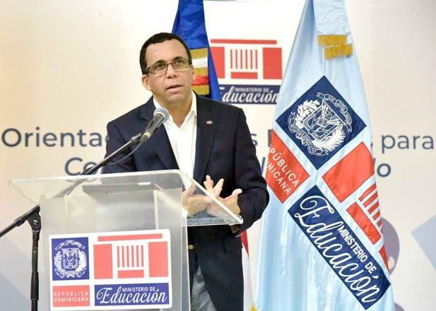 Andrés Navarro, ministro de Educación, pondera labor de los maestros dominicanos.