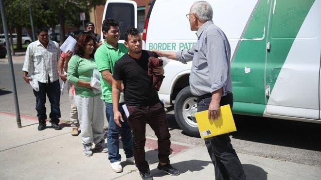 Padres migrantes separados de sus hijos llegan a un refugio en El Paso, Texas.