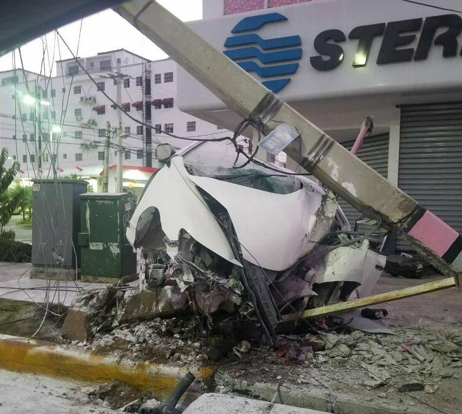 Así quedó el vehículo tras chocar con el poste de electricidad. Fuente externa