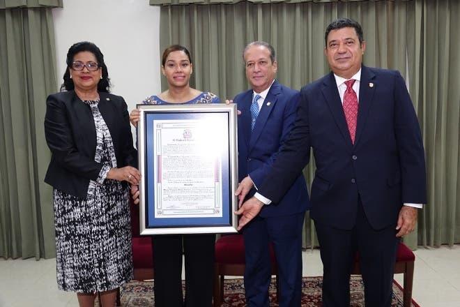María Altagracia Marte mientras recibía el reconocimiento.