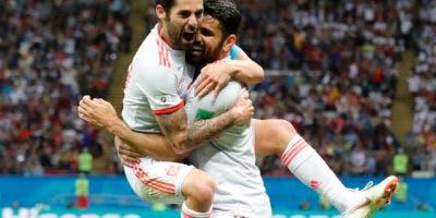 El delantero de España Diego Costa (derecha) tras marcar el primer gol con su compañero Isco en el partido el Grupo B del Mundial en Kazán, Rusia, el miércoles 20 de junio de 2018. (AP Foto/Frank Augstein)