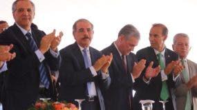 El presidente Danilo Medina junto a funcionarios del Gobierno durante el acto.