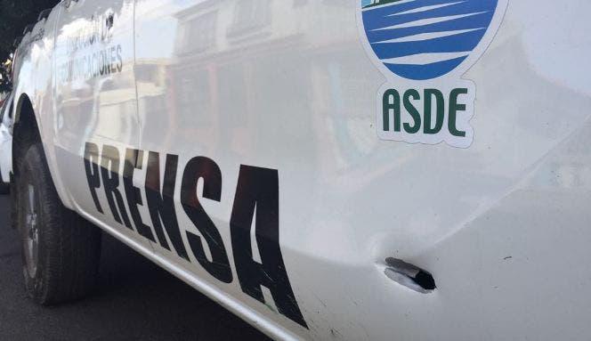 Los disparos que le hizo el conductor  alcanzaron el vehículo en que se trasladaba logrando impactar dos proyectiles en la puerta delantera y trasera derecha y uno la cabecera del asiento en que iba.
