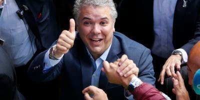 Iván Duque, candidato del partido Centro Democrático, saluda a sus simpatizantes tras votar durante la segunda vuelta de la elección por la presidencia de Colombia, el domingo 17 de junio del 2018 en Bogotá, Colombia. (AP Foto/Fernando Vergara)