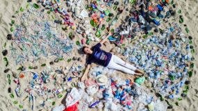 ONU Medio Ambiente llevó a cabo la campaña Mares Limpios en 2017 para concienciar sobre la necesidad de proteger nuestros océanos. Esta foto en una playa de Bali, en Indonesia, forma parte de uno de los actos. Foto ONU Medio Ambiente.