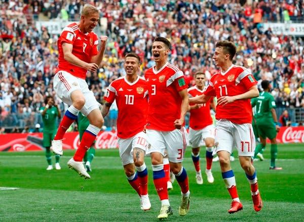 El ruso Yuri Gazinsky (izquierda) celebra con sus compañeros tras el primer gol de Rusia en el partido contra Arabia Saudita por el Grupo A del Mundial en Moscú,. AP