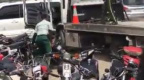 Los agentes de la Digesett fueron captados cuando lanzaban la motocicleta desde la grúa.