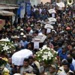 Los residentes portan los ataúdes de siete personas que murieron después de la erupción del volcán Fuego, en las calles del municipio de Alotenango, Sacatepéquez, a unos 65 km al suroeste de Ciudad de Guatemala. AFP