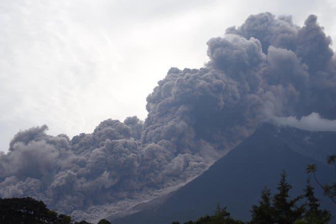 11. El volcán de Fuego en erupción, visto desde el municipio de Alotenango, departamento de Sacatepéquez, a unos 65 km al suroeste de Ciudad de Guatemala. AFP