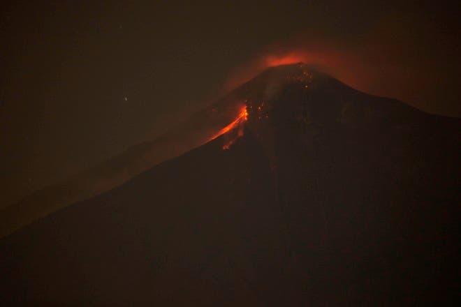 1. En esta imagen tomada con una exposición prolongada, el Volcán de Fuego arroja roca fundida caliente desde su cráter en Alotenango, Guatemala.AP