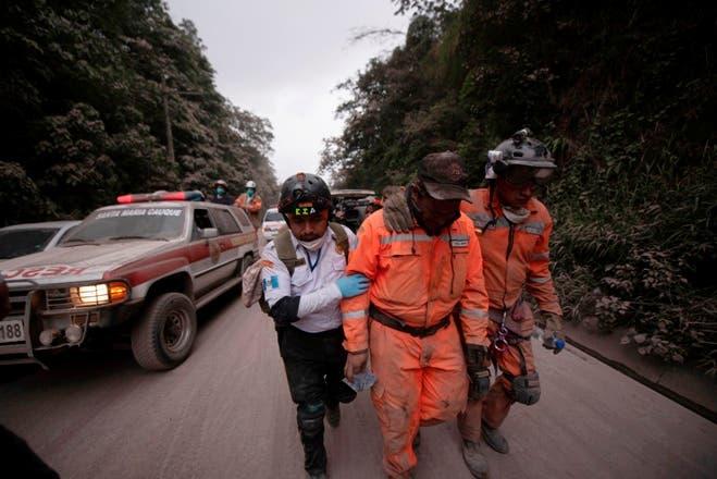 9. Bomberos salen de la zona de evacuación marcada por la erupción del Volcán de Fuego, en El Rodeo, Guatemala. AP