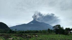 Este folleto impreso por la Agencia Nacional de Ayuda por Desastres de Guatemala muestra el Volcán Fuego durante un pulso eruptivo en El Rodeo, Guatemala. AFP