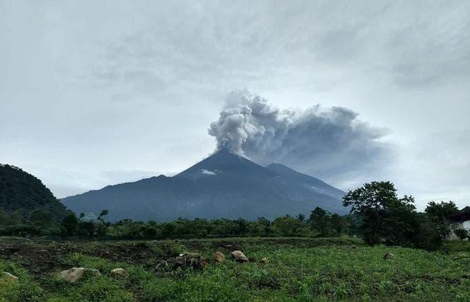 10. Este folleto impreso por la Agencia Nacional de Ayuda por Desastres de Guatemala muestra el Volcán Fuego durante un pulso eruptivo en El Rodeo, Guatemala. AFP