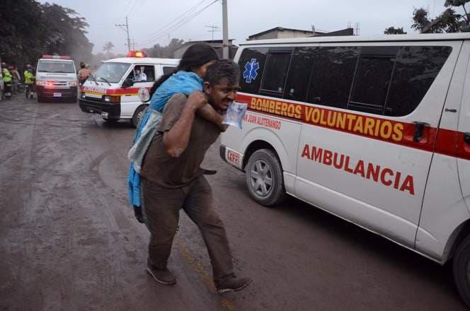 5. La gente huye del pueblo El Rodeo, departamento de Escuintla, a 35 km al sur de Ciudad de Guatemala, después de la erupción del volcán de Fuego.AFP
