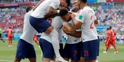 Los jugadores de Inglaterra celebran con su compañero John Stones luego que el defensor anotara el primer gol en el partido contra Panamá por el Grupo G del Mundial. AP