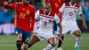 El español Isco, izquierda, y el desafío marroquí Karim El Ahmadi por el balón durante el partido del grupo B entre España y Marruecos en la Copa Mundial de Fútbol 2018 en el Estadio de Kaliningrado en Kaliningrado, Rusia, el lunes 25 de junio de 2018. (AP Photo / Manu Fernández)