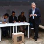 El presidente de Colombia, Juan Manuel Santos, se prepara para votar durante una segunda vuelta presidencial en Bogotá, Colombia, el domingo 17 de junio de 2018. Los votantes elegirán entre Ivan Duque, un joven legislador conservador, y Gustavo Petro, ex guerrillero izquierdista y ex presidente. Alcalde de Bogotá (Foto AP / Daniel Muñoz)