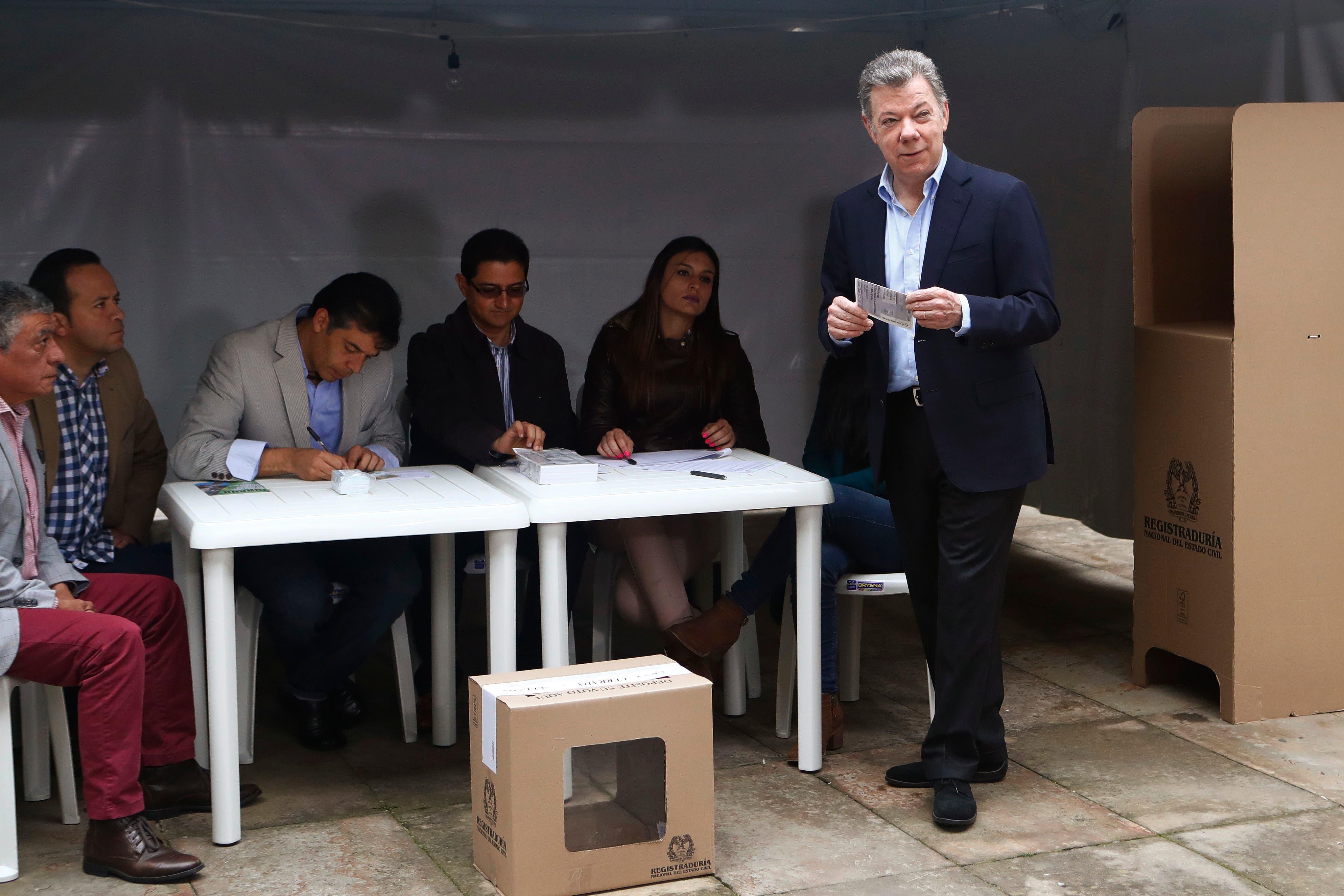 El presidente de Colombia Juan Manuel Santos se prepara para votar durante una segunda vuelta presidencial en Bogotá Colombia el domingo 17 de junio de 2018. Los votantes elegirán entre Ivan Duque un joven legislador conservador y Gustavo Petro
