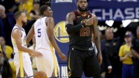 eBron James # 23 de Cleveland Cavaliers reacciona contra Golden State Warriors en el Juego 1 de las Finales de la NBA 2018 en ORACLE Arena el 31 de mayo de 2018 en Oakland. AFP
