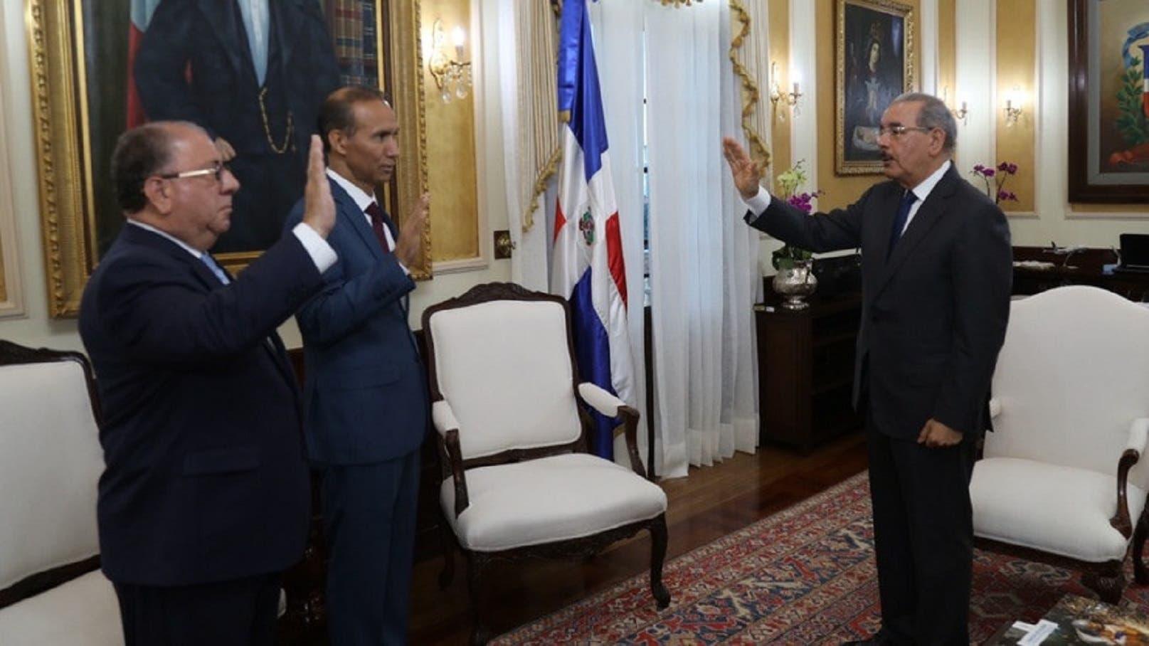 Danilo Medina juramenta a José Ramón Fadul y Winston Santos