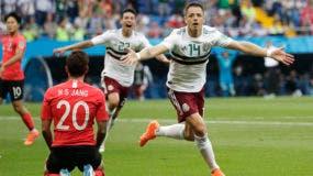 El delantero de México Javier Hernández festeja tras anotar el segundo gol de México ante Corea del Sur en el partido por el Grupo F del Mundial, en Rostov, Rusia, el sábado 23 de junio de 2018. (AP Foto/Lee Jin-man)
