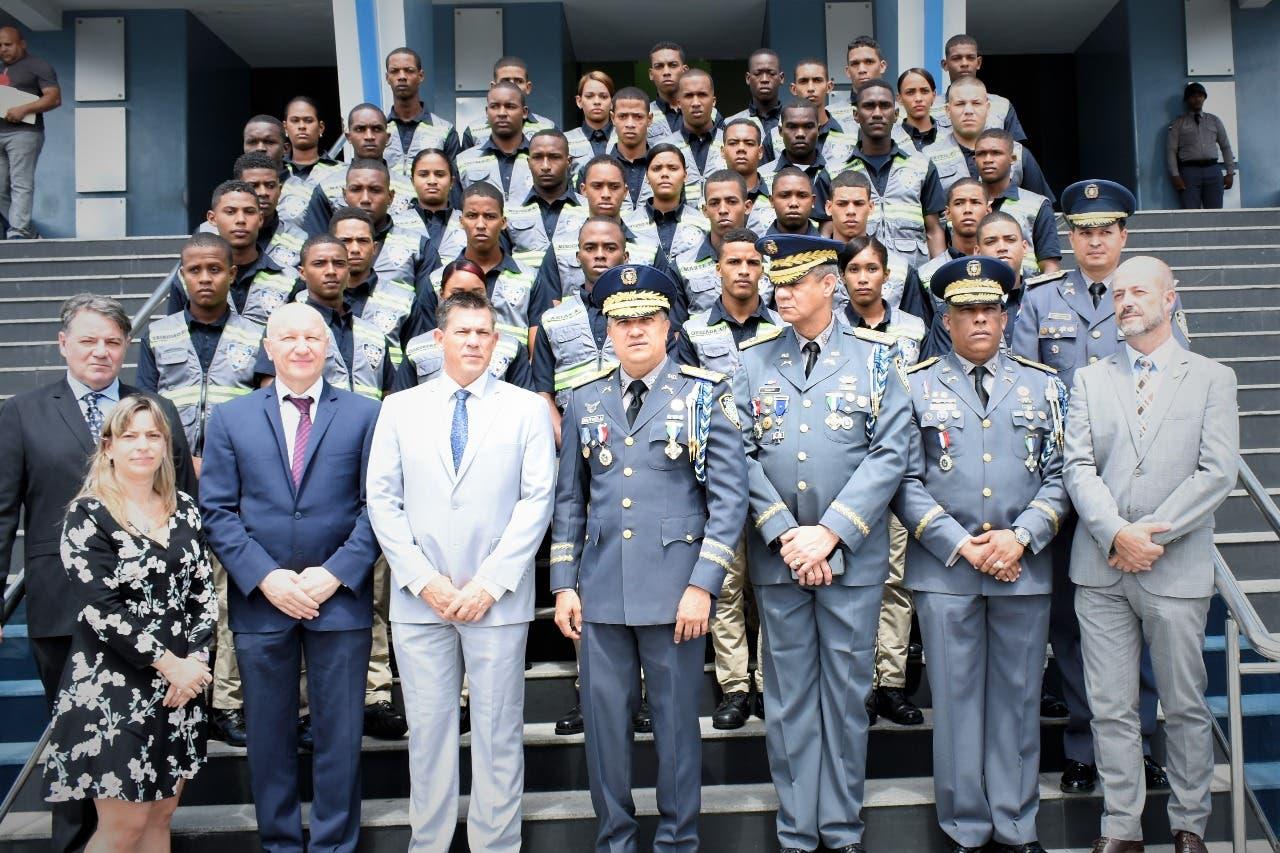 El director de la Policía, mayor general Ney Aldrin Bautista Almonte (al centro), junto a representantes de la embajada de Francia y los nuevos técnicos de la Policía Científica.