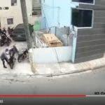 El ladrón de motocicletas en plena acción.
