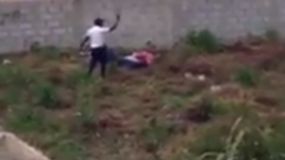 El prófugo se encontraba sometido en el suelo cuando el agente le disparó.