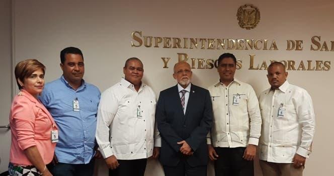 Pedro Luis Castellanos acompañado de los directivos de la Asociación de Farmacias.