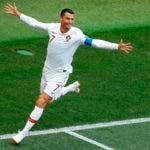 El delantero de Portugal Cristiano Ronaldo festeja tras marcar el primer gol ante Marruecos en el partido por el Grupo B del Mundial. AP