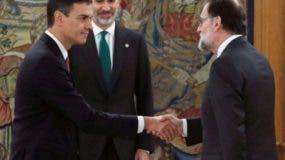 El nuevo presidente español, Pedro Sánchez, estrechó la mano de Mariano Rajoy (R) junto al rey Felipe VI durante una ceremonia de juramentación en el Palacio de la Zarzuela, cerca de Madrid,