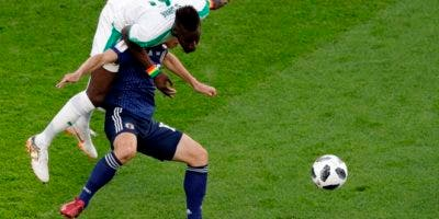 El senegalés Salif Sane y la japonesa Yuya Osako compiten por el balón durante el partido del grupo H entre Japón y Senegal en la Copa Mundial de fútbol 2018. AP