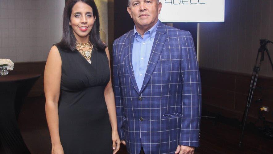 Claudia Montás  y Carlos Azar  en la rueda de prensa.
